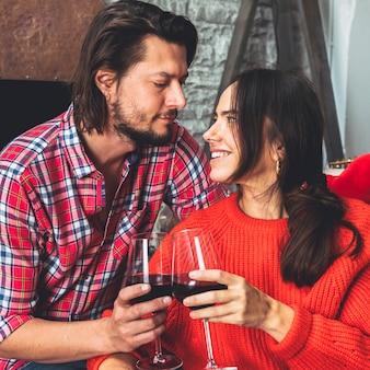 Jeune couple, bruits, verre vin
