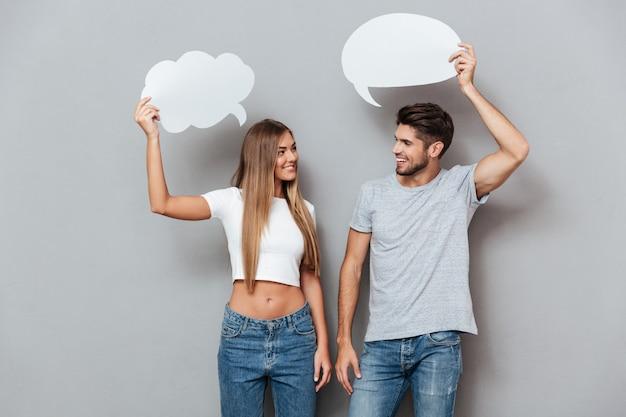 Jeune couple avec des bulles