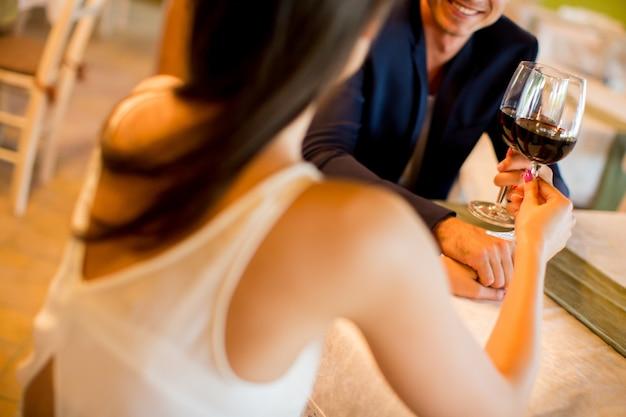 Jeune couple buvant du vin rouge