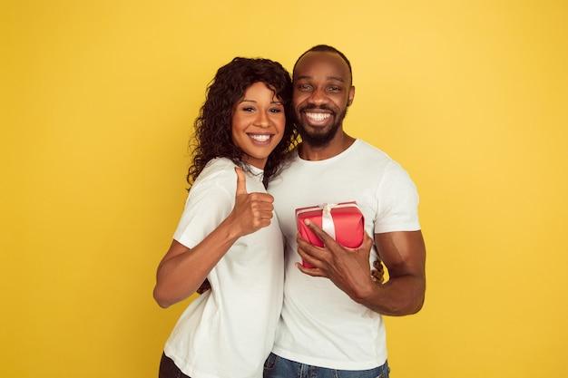 Jeune couple avec cadeau rouge