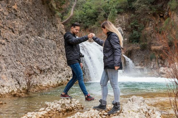 Jeune couple, à, cascade