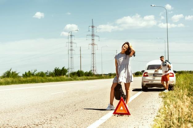 Le jeune couple a cassé la voiture en voyageant pour se reposer