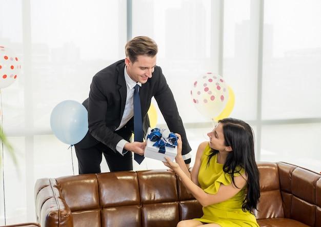 Jeune couple caucasien d'affaires ont un beau moment, moment romantique sur le nouvel an célébrer la fête dans leur bureau