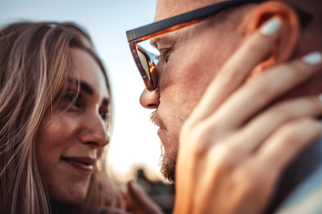 Jeune couple caucasien bronzé, amour moderne en effet grain de film et style vintage.