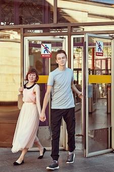 Jeune couple caucasien sort de la station de métro.
