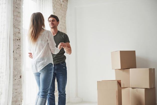 Jeune couple célébrant leur déménagement dans la nouvelle maison.
