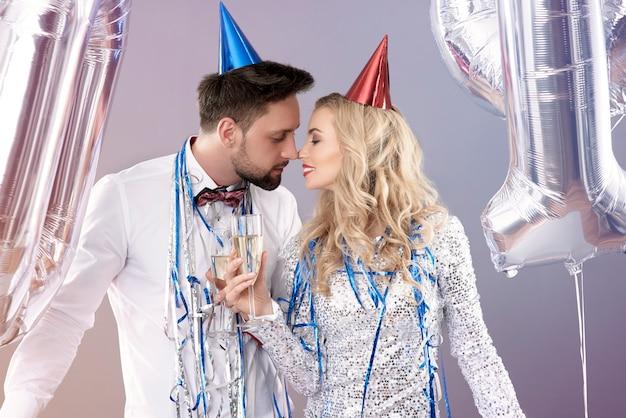 Jeune couple célébrant le nouvel an
