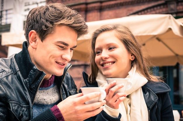 Jeune couple charmant appréciant une tasse de café