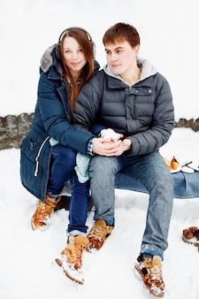 Jeune couple charmant s'amusant à l'extérieur dans le parc d'hiver, main dans la main. couple aimant à l'extérieur.