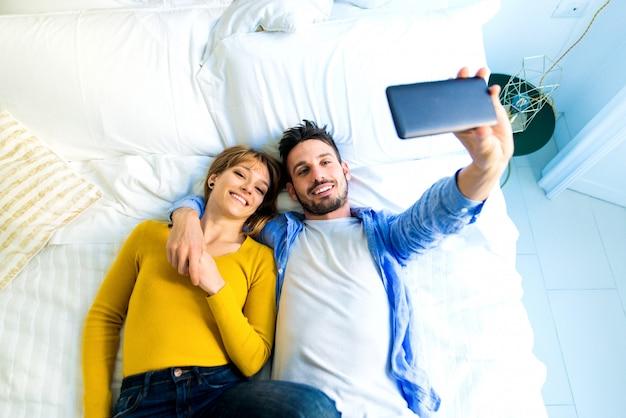 Jeune couple, chez soi