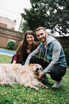 Jeune couple avec chien mignon