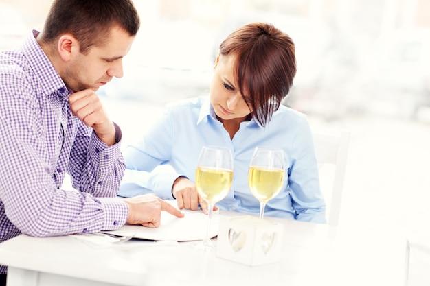 A, jeune couple, choisir, depuis, menu, dans, a, restaurant