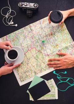 Jeune couple choisit un endroit pour voyager en utilisant la carte.