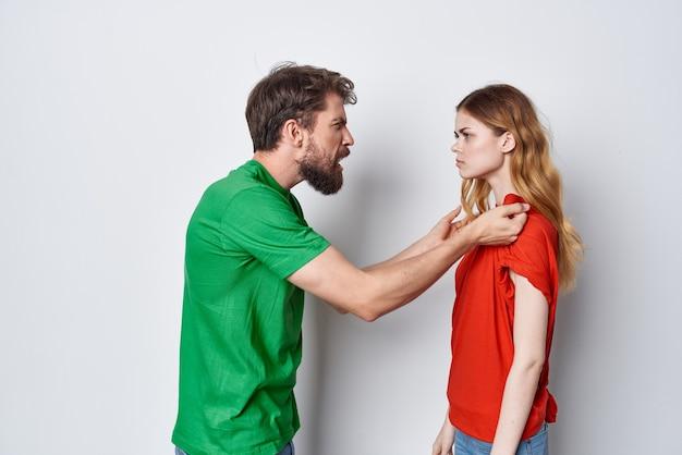 Un jeune couple communication amusant ensemble style de vie de studio d'amitié. photo de haute qualité