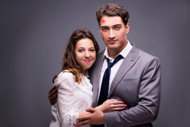 Jeune couple en concept romantique