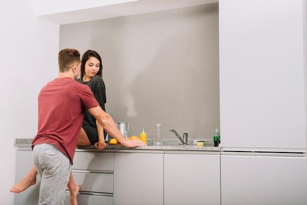 Jeune couple, conversation cuisine