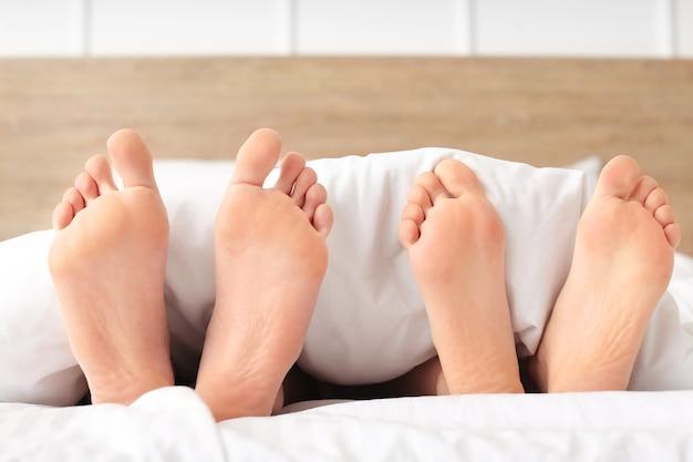 Jeune couple, coucher lit, chez soi