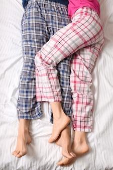 Jeune couple, coucher lit, vue dessus