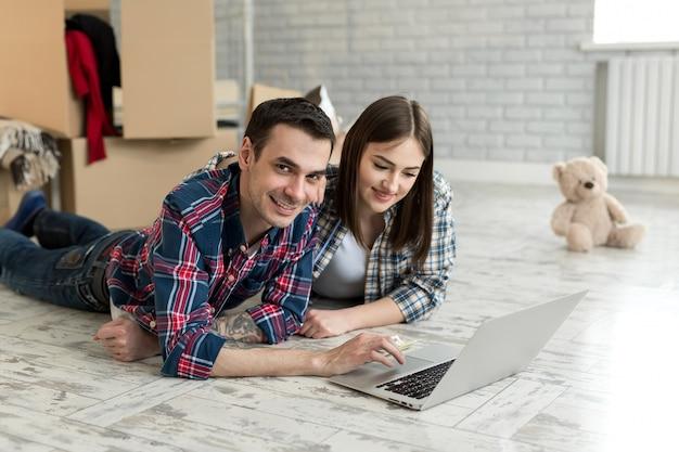Jeune couple, coucher plancher, chez soi