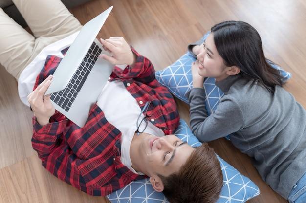 Jeune couple, coucher plancher, et, portable utilisation, à, heureux