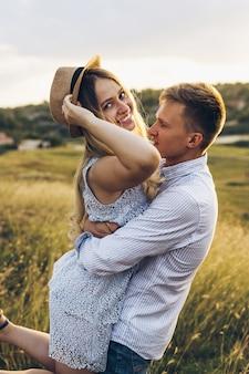 Un jeune couple et un couple doux qui gisent dans le champ.