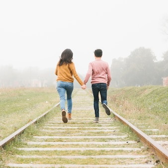 Jeune couple, courant, pistes