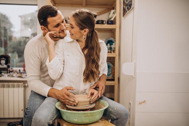 Jeune couple à un cours de poterie ensemble