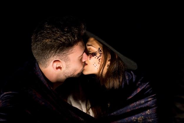 Jeune couple en couverture s'embrasser