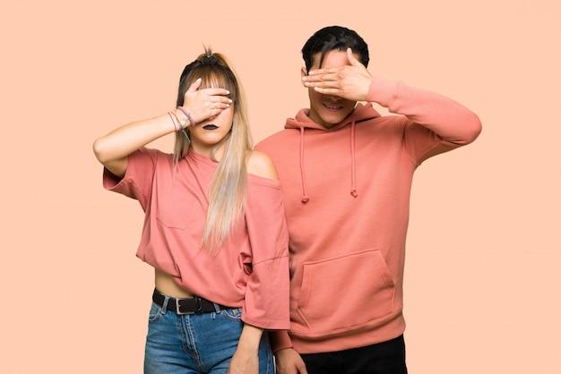 Jeune couple, couvrir, yeux, mains je ne veux pas voir quelque chose