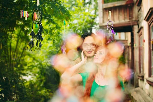 Jeune couple créatif en été