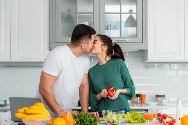 Jeune couple, cuisine, chez soi