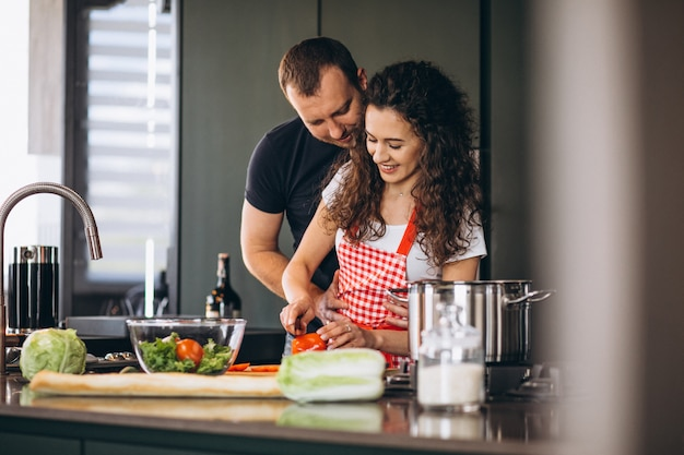 Jeune, couple, cuisine, ensemble, cuisine