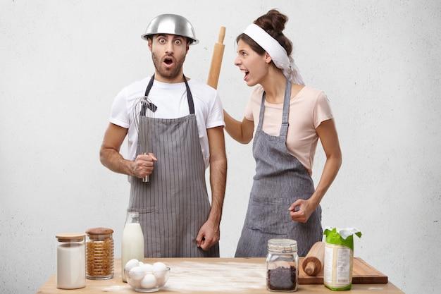 Jeune couple, cuisine, ensemble