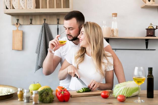 Jeune couple, cuisine, togrther