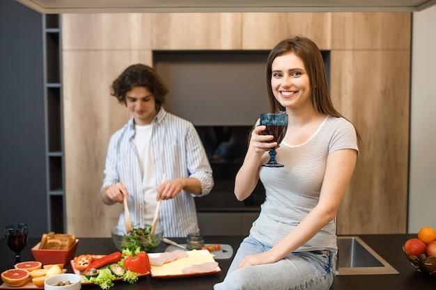 Jeune couple, à, cuisine