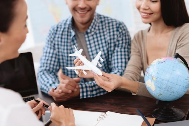Jeune couple dans l'agence de voyages. voyage de week-end.