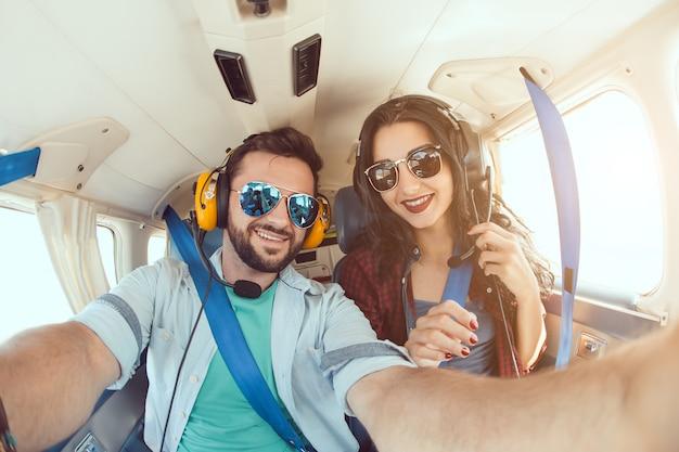 Jeune couple, dans, avion