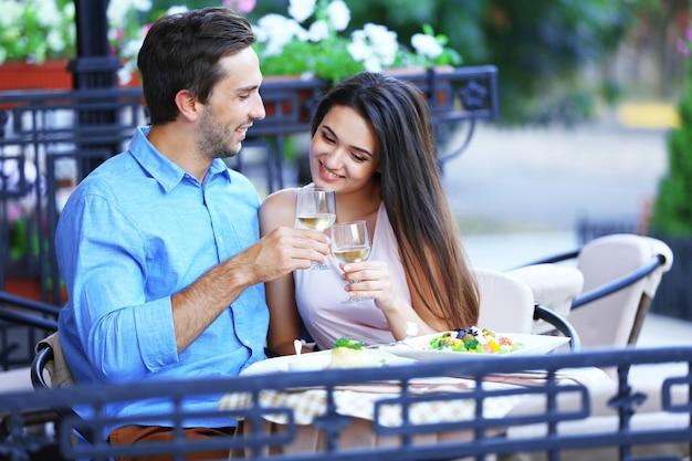 Jeune couple, dans, café rue