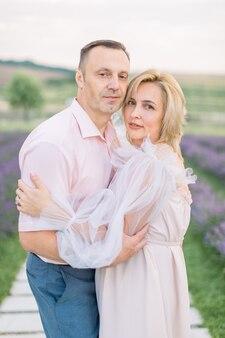 Jeune couple dans les champs de lavande