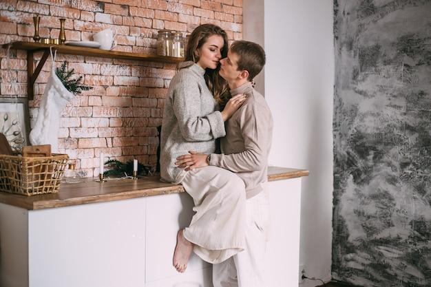 Jeune couple dans la cuisine avec des décorations de noël
