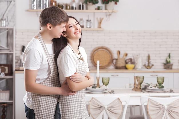 Jeune couple dans la cuisine. homme et femme cuisinant. copain et copine à l'intérieur sur la cuisine.
