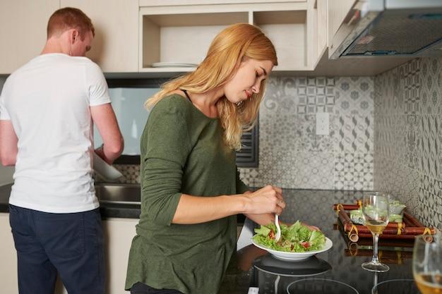 Jeune couple, dans, cuisine