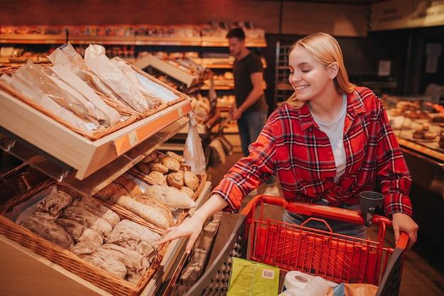 Jeune couple, dans, épicerie, ramasser, pain