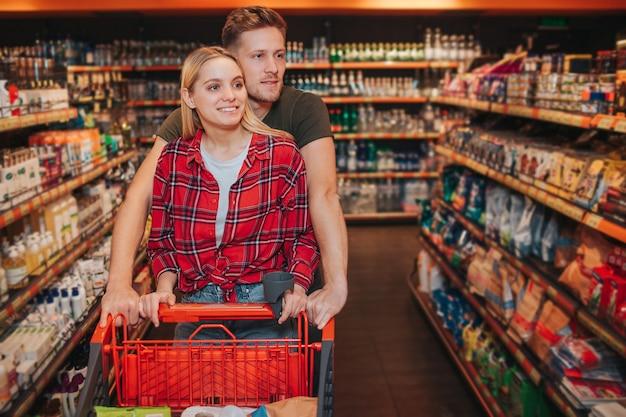 Jeune couple, dans, épicerie
