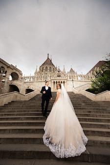 Jeune couple dans l'escalier de l'architecture du pêcheur de la bastille