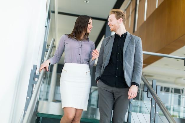Jeune couple dans l'escalier au bureau