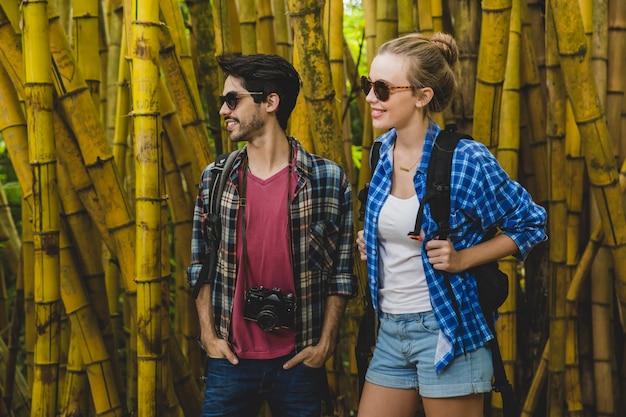 Jeune couple dans la forêt de bambous