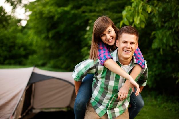 Jeune couple, dans, forêt