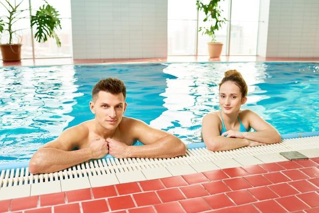 Jeune couple, dans, intérieur, piscine