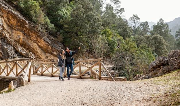 Jeune couple, dans, nature, séance, sur, pont